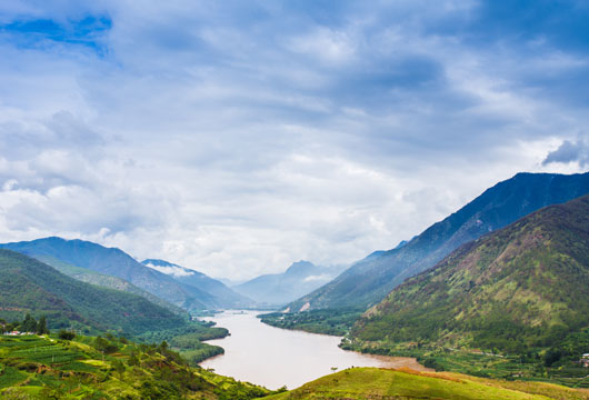 Enjoy the magnificent scenery on your Yangtze river cruise